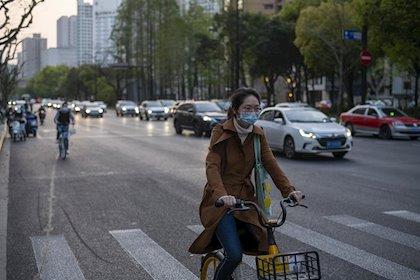 China registra 108 nuevos casos de coronavirus, se enfrenta a una segunda ola de contagios.